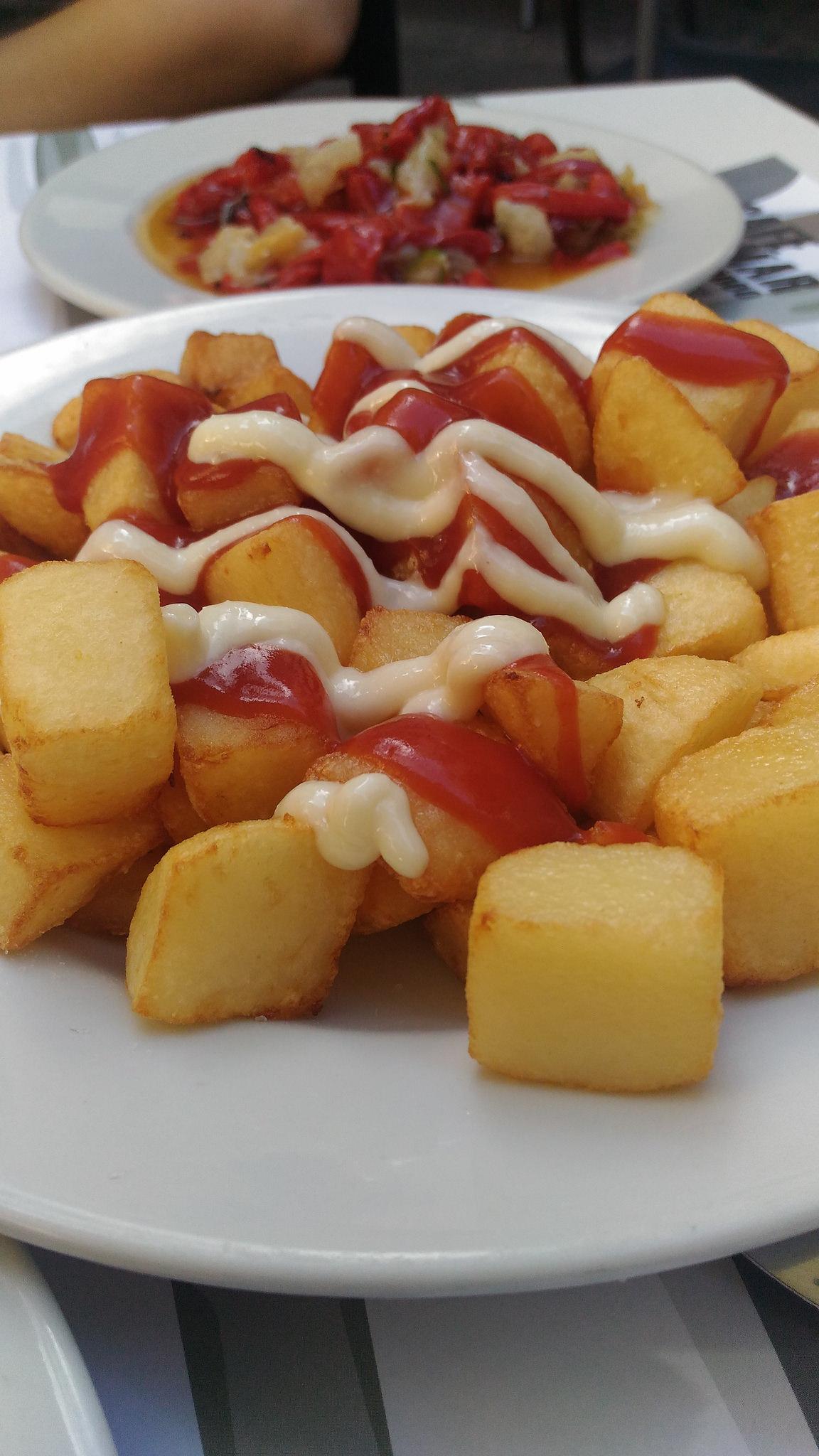 Patatas Bravas (Fried Potatoes in Spicy Tomato Sauce )